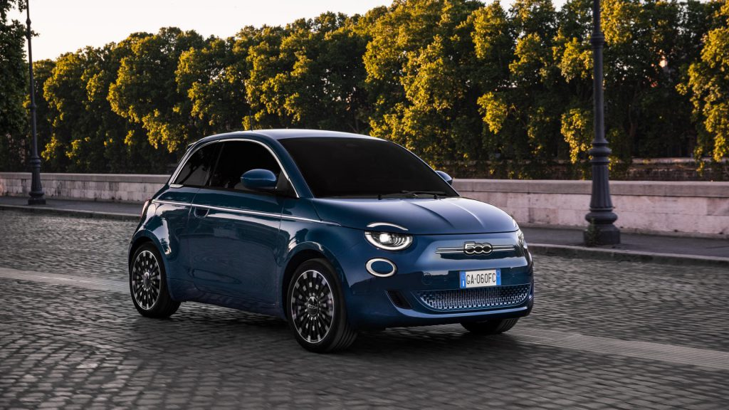 voorzijde van Fiat 500e La Prima